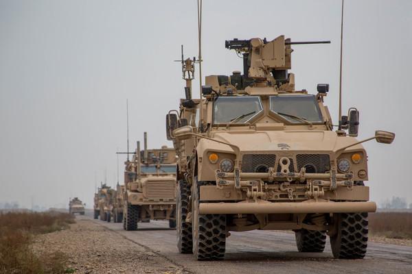 上百群众围住美车队,4辆战车支援,现场激烈交火,多架战机增援