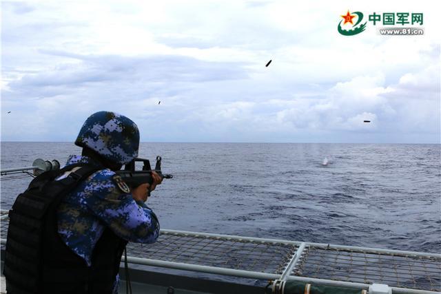 南海舰队远海训练编队上演多型舰艇对海实弹射击