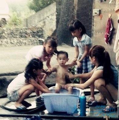 洗澡被四个大姐姐围观,人生巅峰沧海一声笑啊